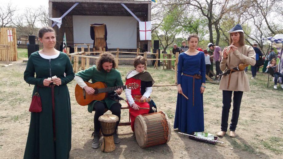 """(фото) Открой для себя жизнь в стиле средневековья. Участвуй в Фестивале """"Taurul Negru de Cărbuna"""""""