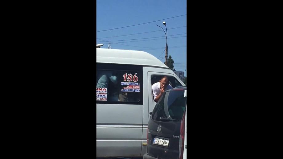 """(видео) """"Поссорился с водителем"""". В переполненной маршрутке мужчина ехал, высунув голову на улицу"""