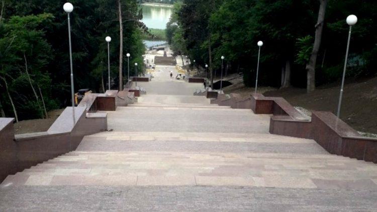 """Реконструкция гранитной лестницы в парке """"Valea Morilor"""" окончена. Когда откроют обновленную лестницу"""