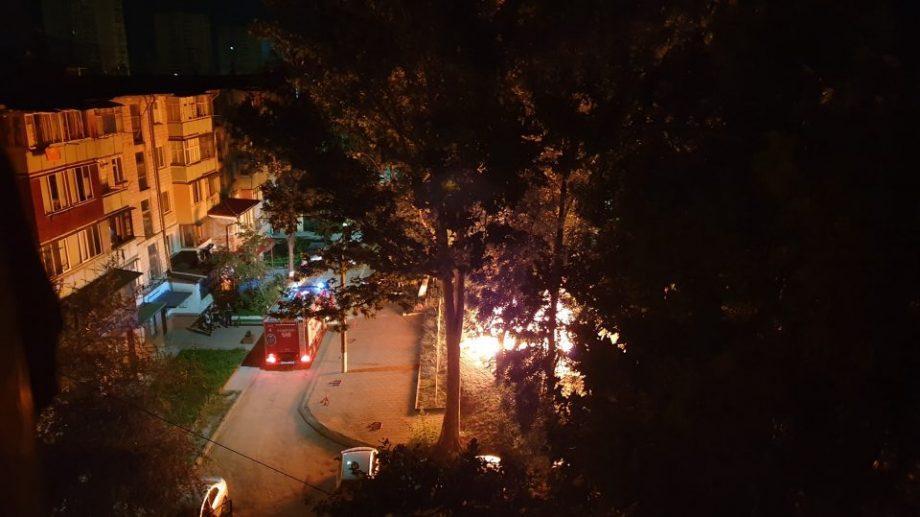 (фото) На Ботанике ночью загорелась машина