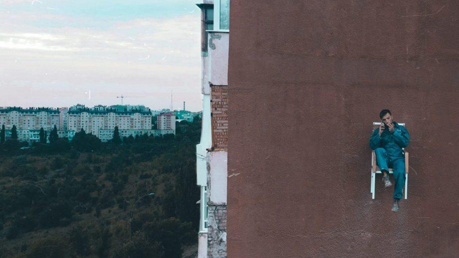 (видео) Rebel Without a Cause. История того самого парня со стулом на 10-этажном доме