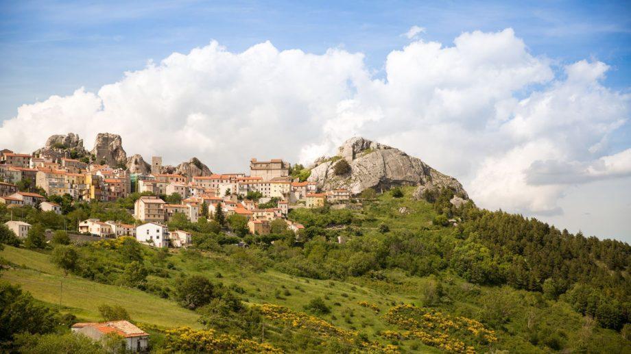 Итальянская провинция предоставит каждому, кто туда переедет на три года, €25 000