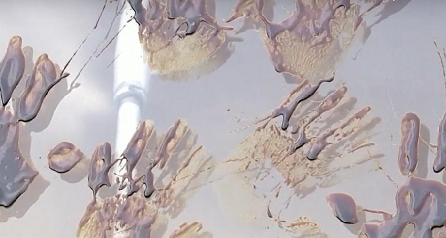 Зачем люди оставили отпечатки грязных рук на стеклянной пирамиде Лувра