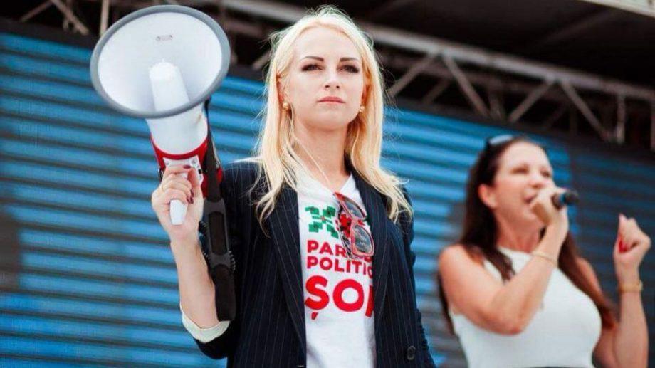 (видео) Марина Таубер, задержана в Оргееве. Сторонники пытались заблокировать полицейскую машину