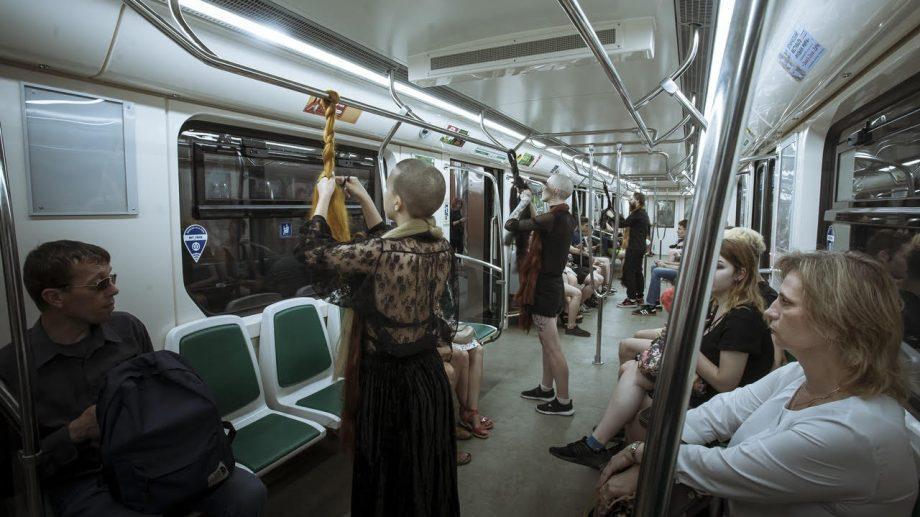 """""""Как часто женщин хватают за волосы?"""". Акция против домашнего насилия в питерском метро"""