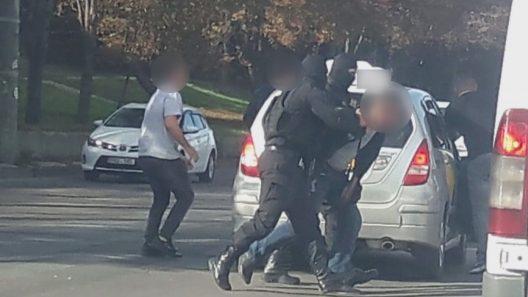 (видео) Двое мужчин арестованы за торговлю наркотиками. Они продавали наркотики посредством интернет-приложений
