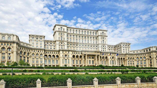 Проголосовало 238 из 242: Парламент Румынии отправил в отставку правительство