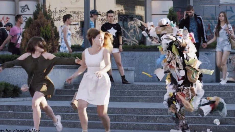 (видео) Супергерой из мусора: когда люди бросали мусор на кучу, он поднимался и преследовал их