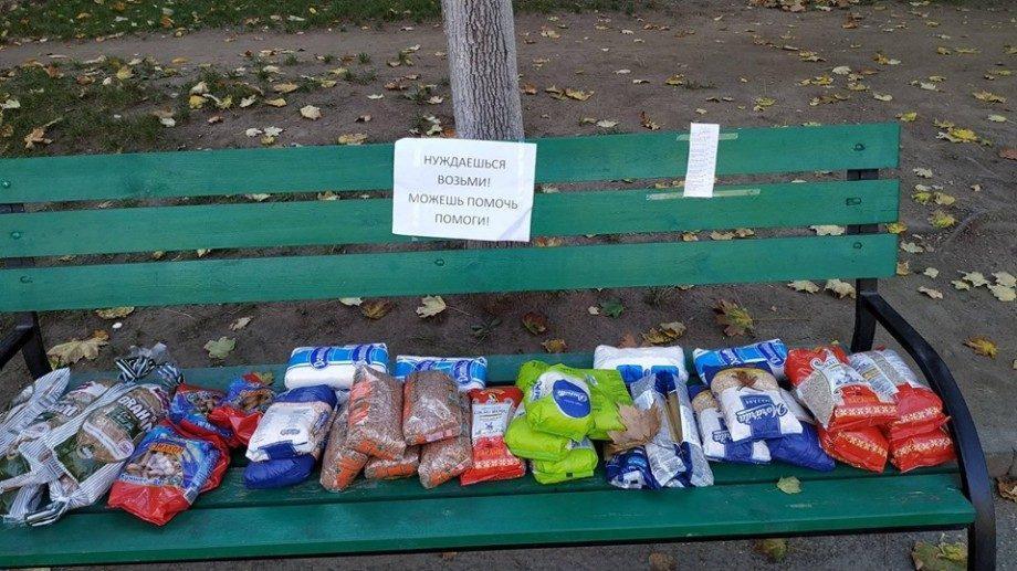 Незнакомец оставил на скамейке в парке еду для нуждающихся