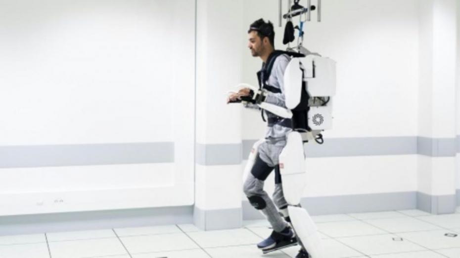 (видео) Парализованный мужчина смог ходить благодаря экзоскелету, который управляется силой мысли