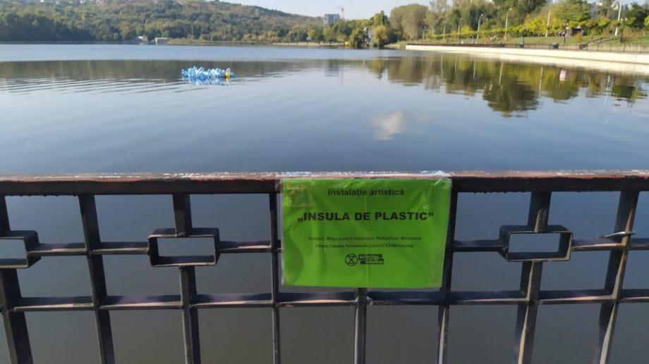 «Пластиковый остров». В парке Валя Морилор появилась плавающая инсталляция