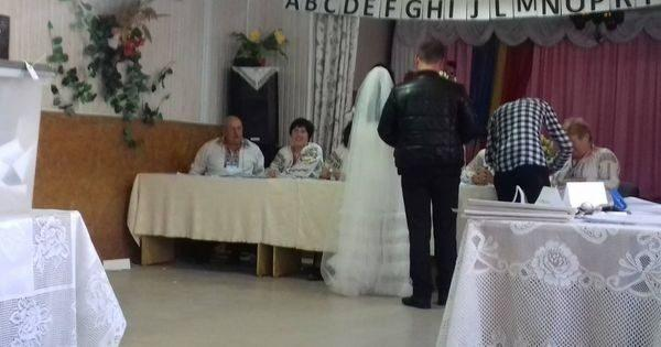 (фото) В костюме и свадебном платье. Пара молодоженов воспользовались своим правом голоса в день свадьбы