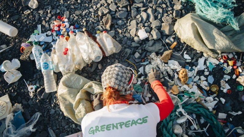 Greenpeace: берега Байкала загрязнены одноразовым пластиком