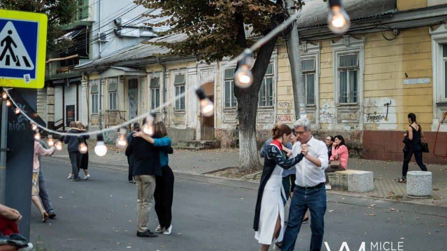 (видео) Страстный танец на одной из улиц столицы. Центр Урбанизма поздравил Кишинёв в ритме танго