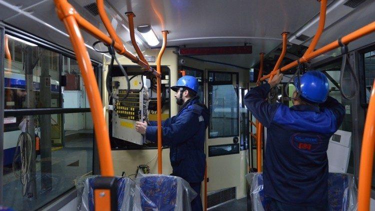 (фото) Системы кондиционирования, USB разъёмы и камеры наблюдения внутри. Пять новых троллейбусов собрано в Кишиневе