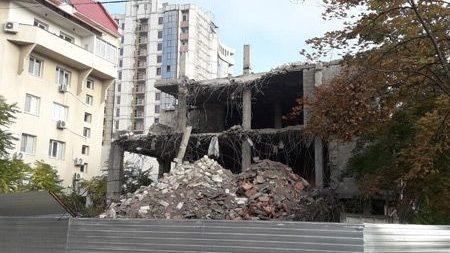 В историческом центре Кишинева сносят незавершенную постройку. Что появится на ее месте