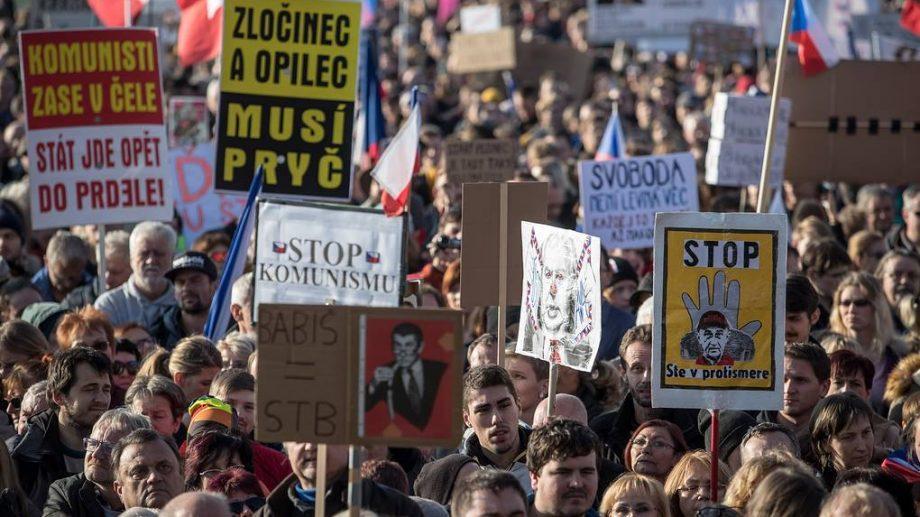 В Праге несколько сотен тысяч человек вышли на митинг. Они требуют отставки миллиардера с поста премьер-министра