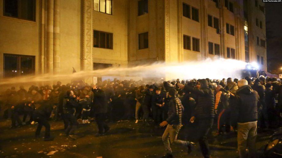 (видео) Полиция снова разогнала водометом протесты в Тбилиси. Участники движения «Меняй!» пытались пикетировать входы в парламент
