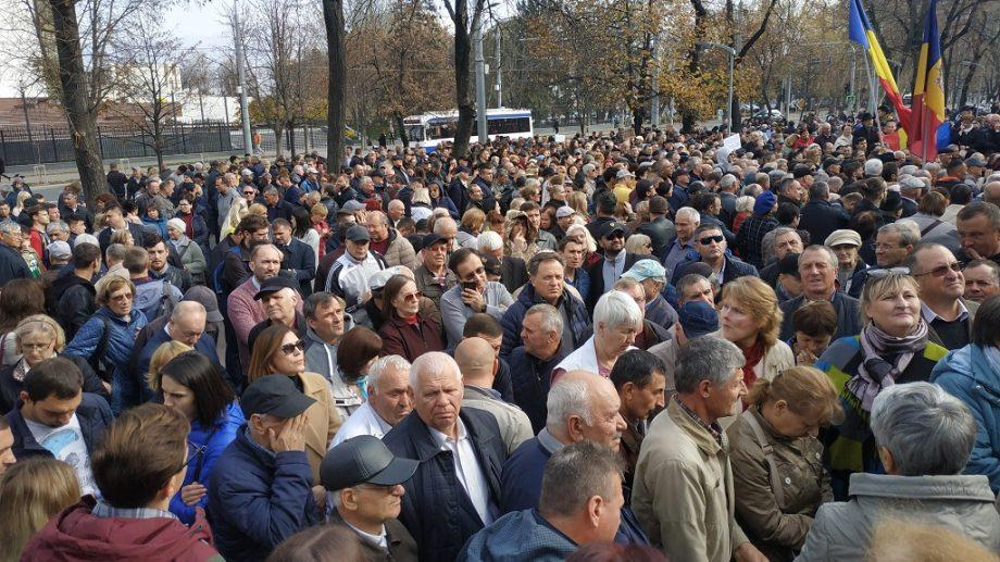 (фото) У Парламента продолжают протестовать граждане