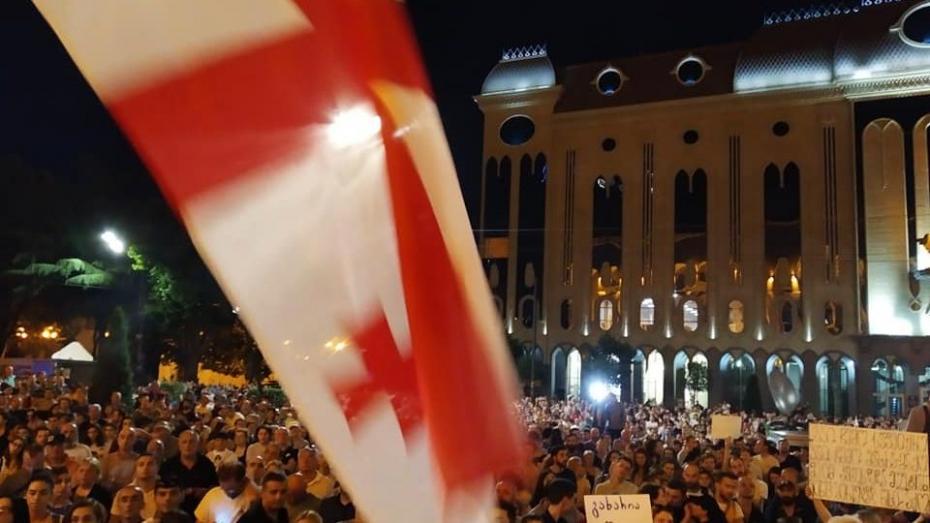 (видео) Спецназ разогнал акцию протеста перед парламентом Грузии