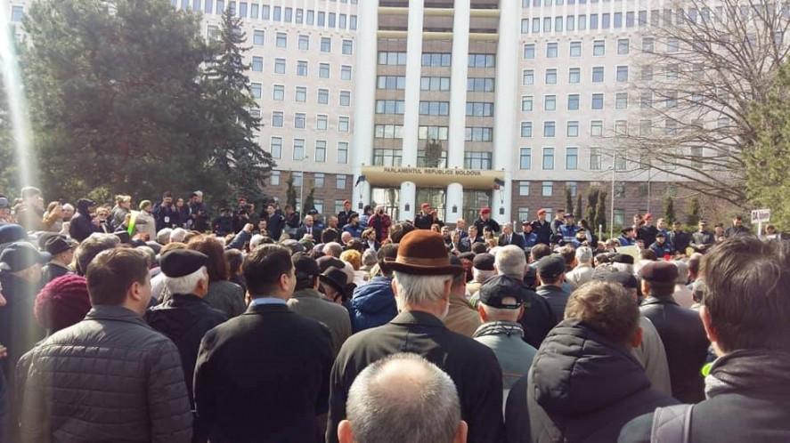 Блок ACUM организует мирный манифест перед зданием Парламента в поддержку правительства Санду