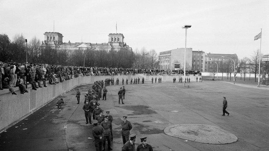 (фото) 30 лет назад пала Берлинская стена. Снимки объединения двух Германий