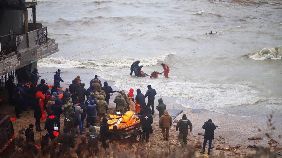 (фото) Водолазы эвакуировали экипаж тонущего танкера под флагом Молдовы