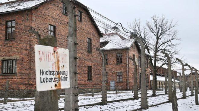 Amazon убрал из продажи рождественские украшения с изображением нацистского концлагеря Освенцим