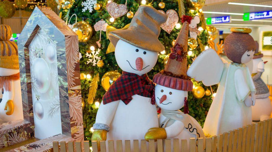 (фото) Атмосфера волшебства: как украсили Международный аэропорт Кишинева к новогодним праздникам
