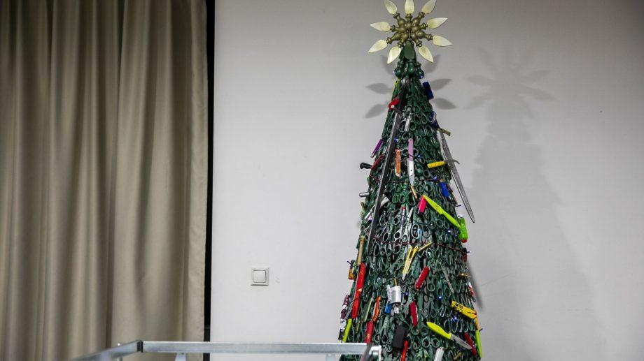 Лезвия, гаечные ключи и зажигалки. В аэропорту Вильнюса поставили елку из запрещенных предметов