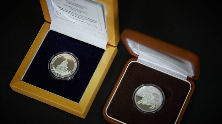 (фото) НБМ выпустил в обращение две новые юбилейные и памятные монеты