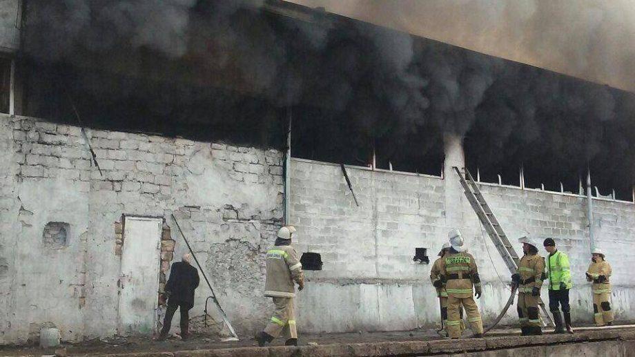 (видео) Три пожарных расчета тушат возгорание на фабрике нетканых материалов в Рыбнице
