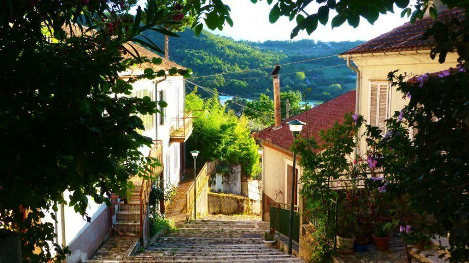 Итальянский город Теора предлагает переехать. Городские власти готовы выплачивать € 150 за аренду жилья в течение двух лет