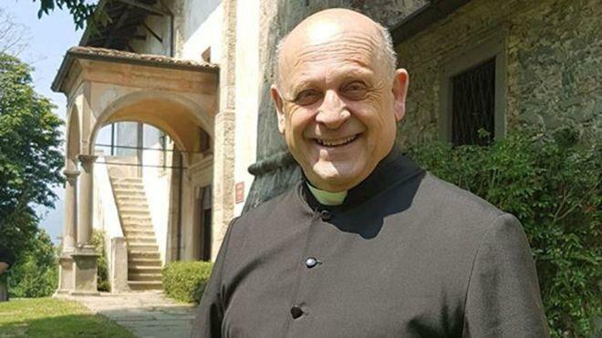 В Италии аплодисментами простились со священником, который пожертвовал свой аппарат ИВЛ незнакомому молодому пациенту