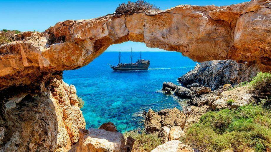 Кипр оплатит отпуск туристам, если они заразятся коронавирусом на острове