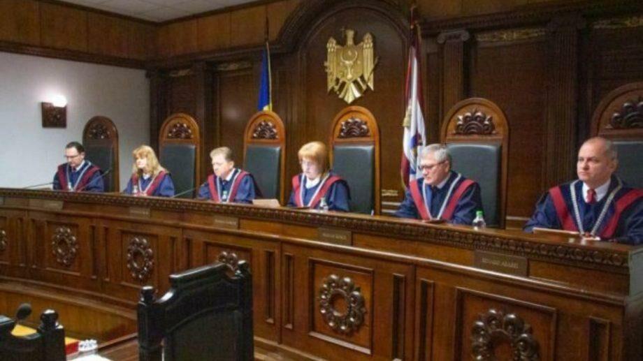 Судья КС решил воздержаться от рассмотрения обращений по поводу российского кредита