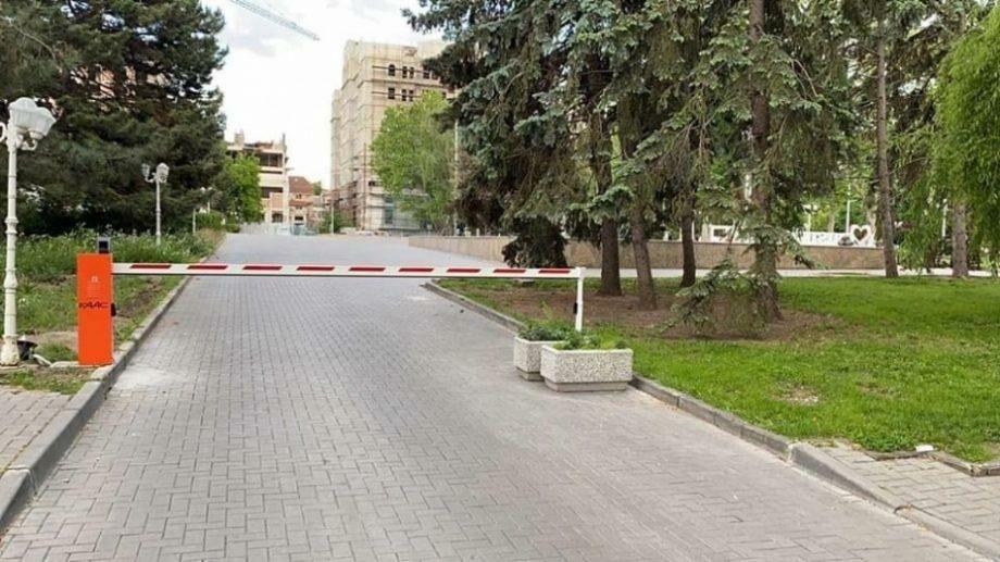 У сквера Национального театра оперы и балета «Мария Биешу» установили шлагбаум, ограничив въезд автомобилей