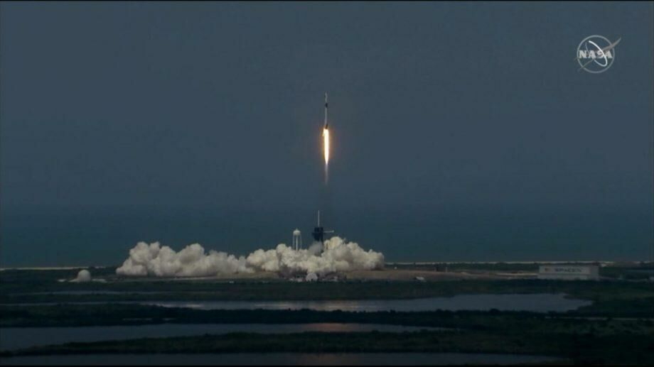 (видео) SpaceX со второй попытки запустила к МКС свой первый корабль с астронавтами на борту