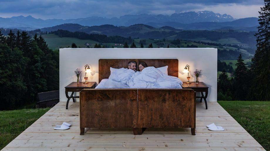 «Без стен, окон и дверей»: в Швейцарии открыли отель, где номера расположены под открытым небом