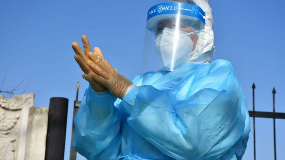 (фото) Как берут образцы на наличие коронавируса на дому