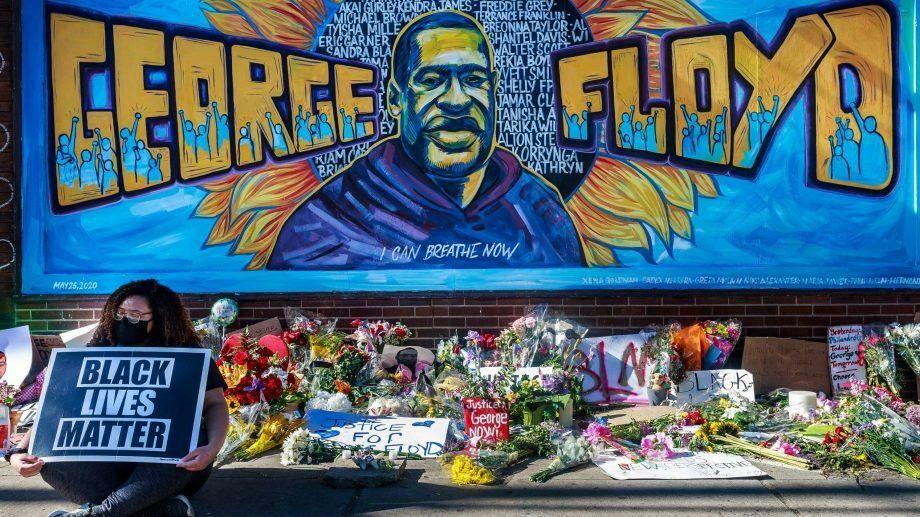 Судмедэкспертиза подтвердила, что убитый полицейским афроамериканец Джордж Флойд умер от удушения. Его убийство привело к массовым протестам в США