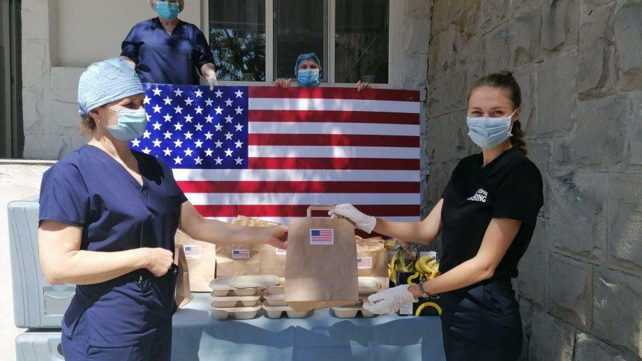 (фото) Посол США передал в дар медицинским работникам продовольственные пакеты и средства индивидуальной защиты по случаю Дня независимости США