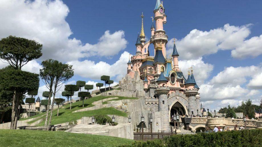 «В парижский Диснейленд возвращается магия»: открылся для посещения самый знаменитый парк развлечений