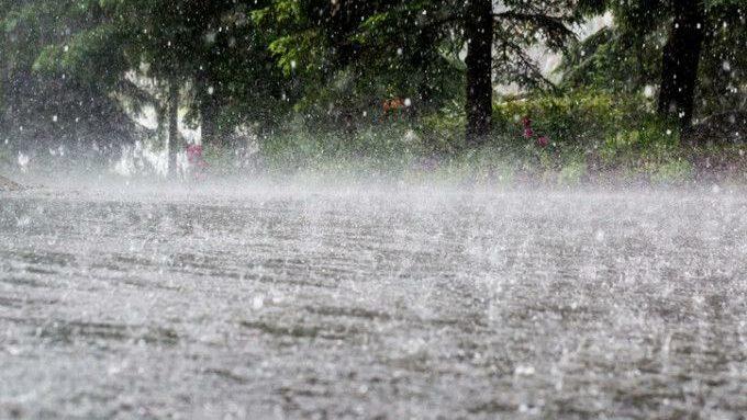 Синоптики объявили желтый код метеоопасности в связи с сильными ливнями