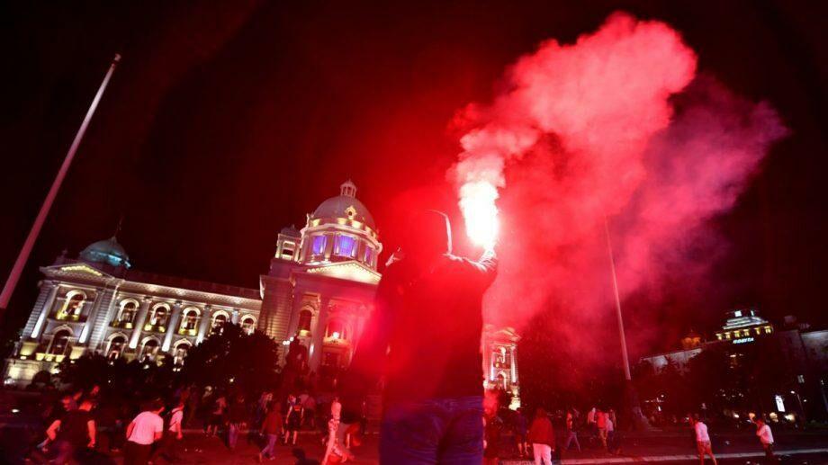 Жители Белграда взяли штурмом парламент Сербии из-за введения комендантского часа